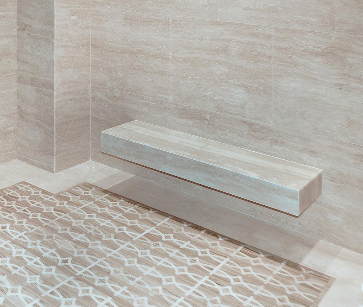 panca in massello e pavimento sauna realizzato con un decoro in Serpeggiante e Bianco Michelangelo