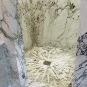 Rivestimento pareti doccia in marmo bianco a macchia aperta
