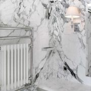 Rivestimento pareti bagno in marmo bianco a macchia aperta