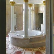 Queen Vittoria bathroom with decoration in Alpenina