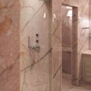 Rivestimento pareti bagno in onice rosa