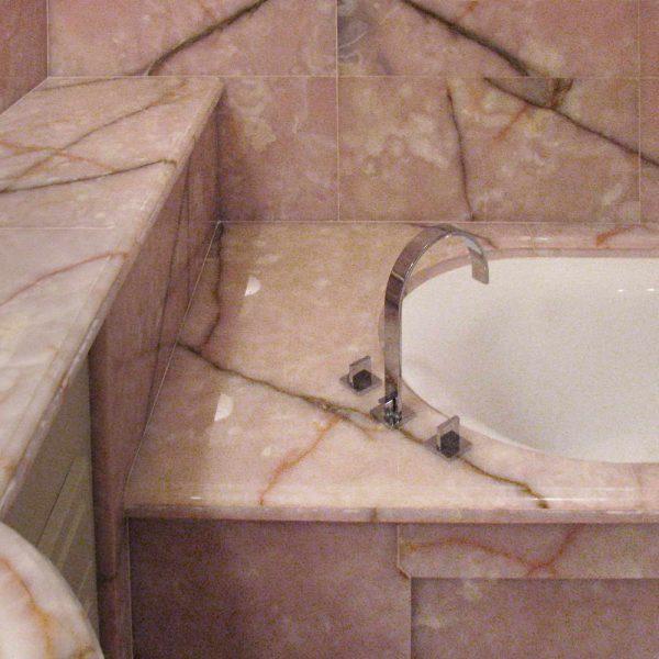 Rivestimento bagno e vasca in onice rosa