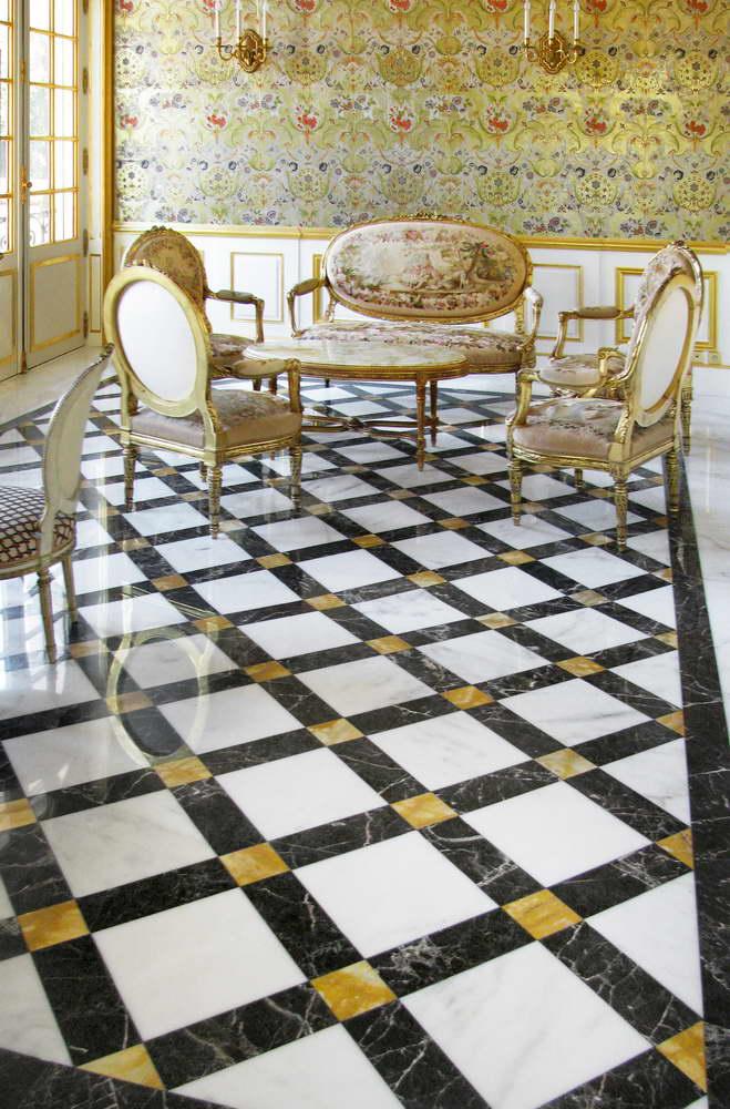 pavimento in marmo bianco, giallo, nero