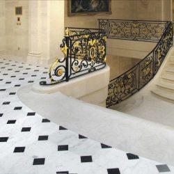 pavimenti in marmo nero e marmo bianco, scala marmo