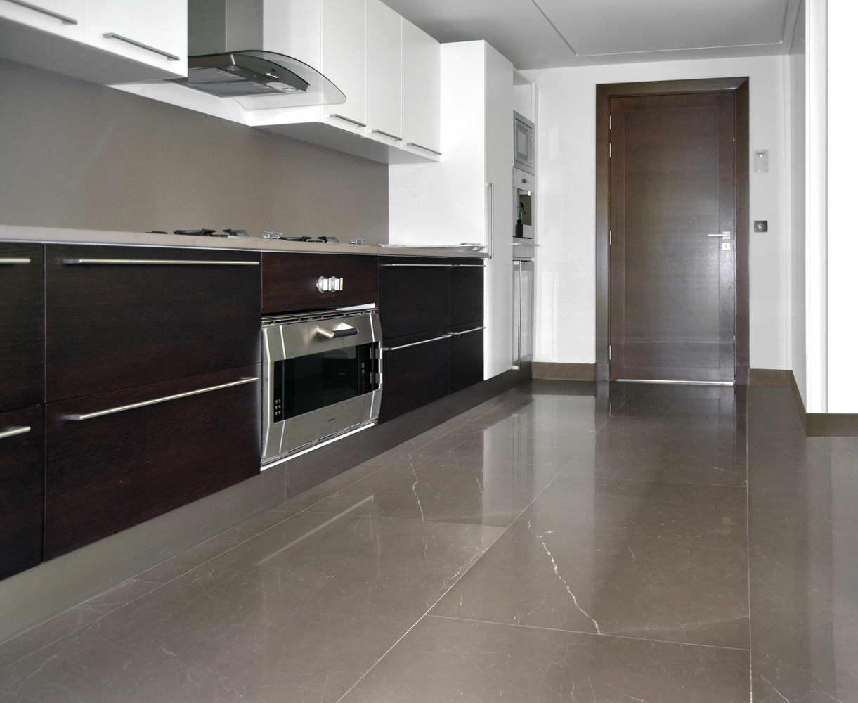 pavimento cucina in marmo marrone