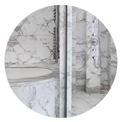 Sale da bagno realizzate in Calacatta Carrara a macchia aperta