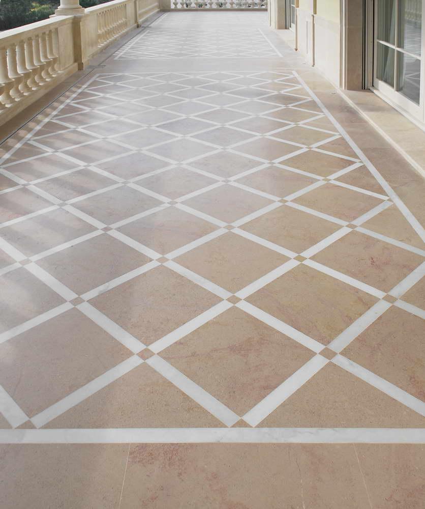 pavimento in marmo beige e bianco