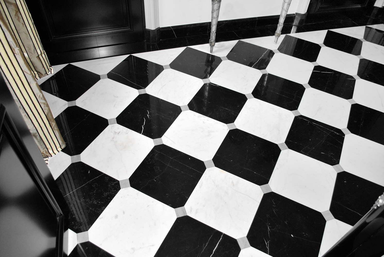 pavimento in marmo nero bianco e grigio