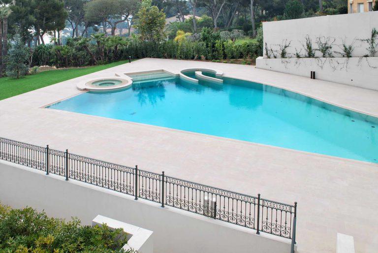bordo piscina in marmo e pavimentazione