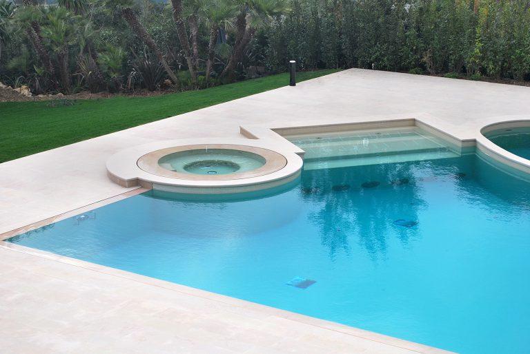 Rivestimento piscina realizzato in pietra Rocheron doree fiammato e spazzolato